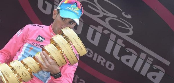 Italian rider of Astana Team Vincenzo Nibali celebrates on the podium after winning the Giro d'Italia 2016, Turin, 29 May 2016. ANSA/CLAUDIO PERI