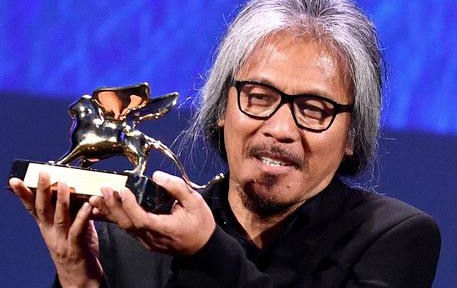 "Filipino film maker Lav Diaz holds the Golden Lion award for his movie ""Ang Babaeng Humayo"" (The woman who left) during the awarding ceremony of the 73rd annual Venice International Film Festival, in Venice, Italy, 10 September 2016. ANSA/ETTORE FERRARI"