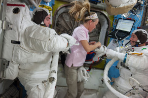 1280px-ISS-36_EVA-2_a_Cassidy,_Nyberg_and_Parmitano_in_the_Quest_airlock